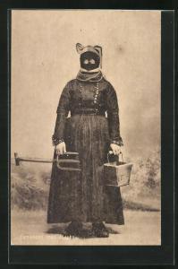 AK Fanokone med Maske, Bäuerin mit Maske als Kälteschutz