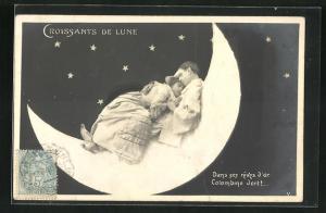 AK Harlekin mit junger Frau im Arm auf dem Halbmod liegend