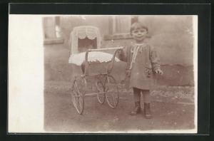 AK Kleines Mädchen mit Kinderwagen vor dem Haus