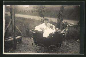 AK Mutter mit Kinderwagen im Grünen