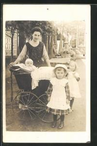 AK Kinderwagen mit Baby und zwei kleine Mädchen mit Frau, Soldaten