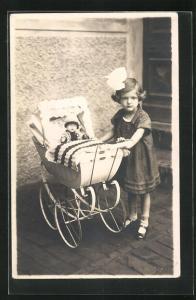 AK Mädchen mit Puppenwagen mit Puppe darin