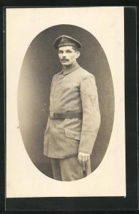 Foto-AK Uniformfoto, Soldat der kaiserlichen Marine, Artillerie-Regiment, Mützenband