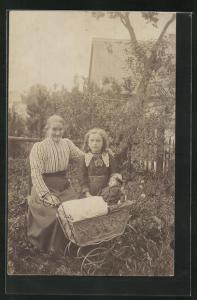 AK alte Frau mit jungem Mädchen im Garten mit Puppenwagen mit Puppe
