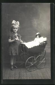 AK Kleines Mädchen mit ihrem Puppenwagen