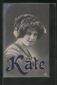 AK Namenstag Käte, lächelnde Frau mit Blumen im Haar