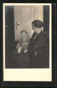 AK Muuter mit Baby auf dem Schoss im Wohnzimmer