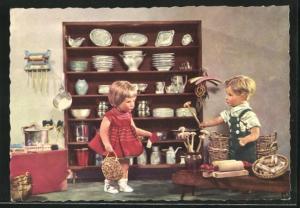 AK Käthe Kruse-Puppe bei Einkäufen im Porzellan-Geschäft