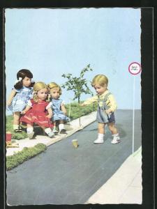 AK Käthe Kruse-Puppen beobachten einen Jungen auf der Spielstrasse