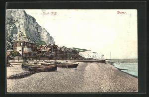 AK Dover, East Cliff, Strandpartie mit Booten und Häuser