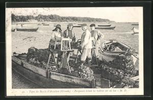 AK Types du Bassin d`Arcachon, Parqueurs triant les haitres sur un bac, Krebsfischer