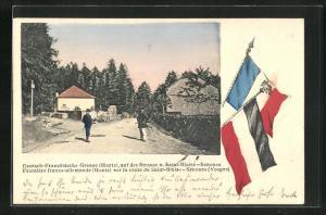 AK Saint-Blaise-Senones, Deutsch-Französische Grenze Hantz, Strassenpartie mit Soldaten in Uniformen, Flaggen