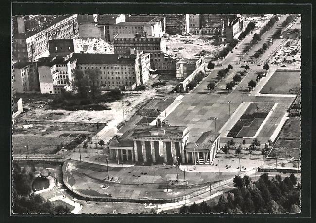 AK Berlin, Brandenburger Tor mit Sperrmauer vom Flugzeug aus 0