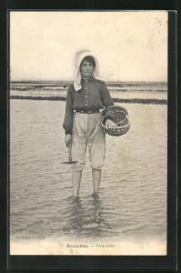 AK Arcachon, Parqueuse, Fischerin mit Korb und Hammer im Wasser