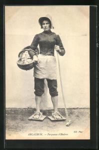 AK Arcachon, Parqueuse d`Huitres, Fischerin mit Austern in einem Korb