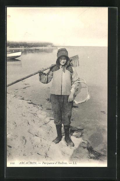 AK Arcachon, Parqueuse d`Huitres, Muschelfischerin am Strand 0