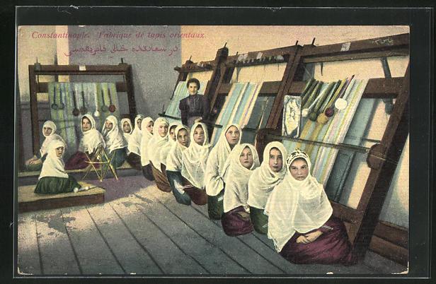 AK Constantinople, Favrique de tapis orientaux, Türkische Teppichknüpferinnen 0