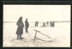 Foto-AK Eisfischer bei der Arbeit