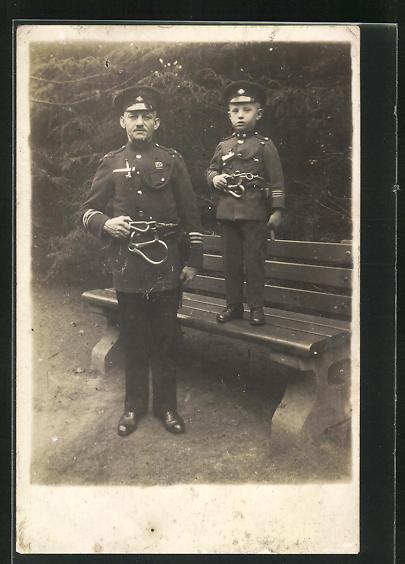 AK Feuerwehrmann in Uniform mit Sohn in gleicher Uniform 0