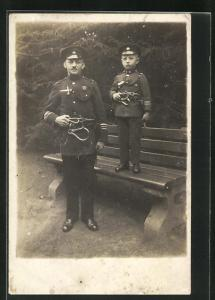 AK Feuerwehrmann in Uniform mit Sohn in gleicher Uniform