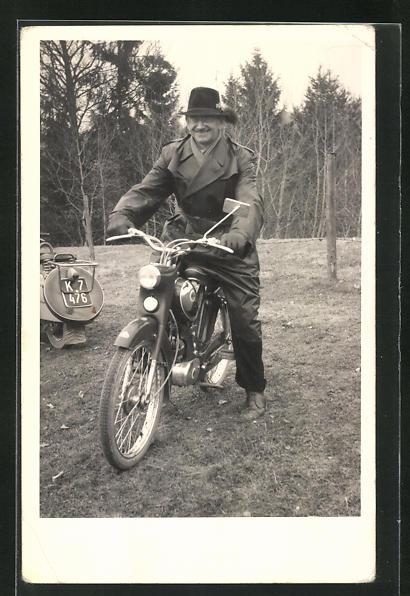 AK Mann auf Kreidler Mofa mit Ledermanten und Hut 0