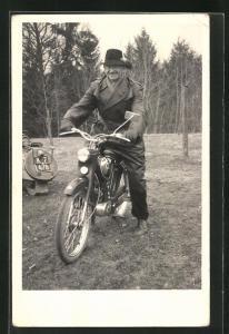 AK Mann auf Kreidler Mofa mit Ledermanten und Hut
