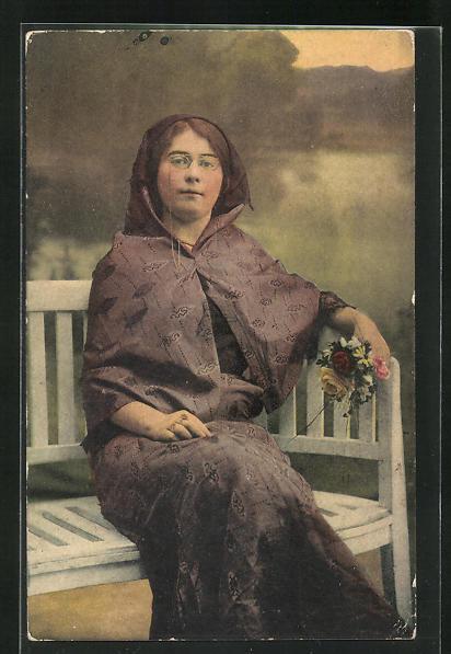 AK aristokratische Frau in türkischer Tracht sitz auf bank 0