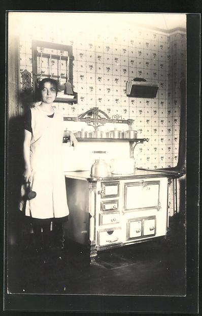 AK Hausfrau steht neben Kohlenherd 0