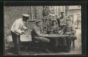 AK Soldaten lesen Zeitung und spielen Karten am Tisch
