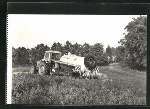 AK Flüssigmist-Tankwagen CNF-2,5, Traktor beim Düngen des Feldes