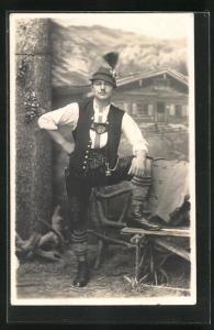 Foto-AK Studiokulisse mit Mann in bayerischen Tracht