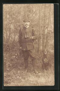 Foto-AK Jäger mit Flinte, Feldstecher und Jagdhund