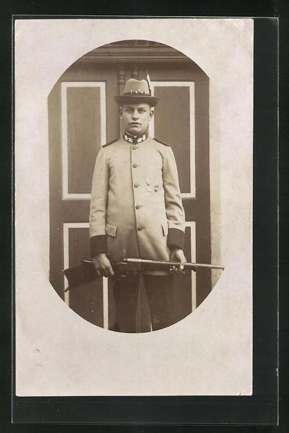 Foto-AK junger Jäger in Dienstkleidung mit Gewehr 0