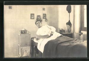 Foto-AK junger Mann in Krankenbett, Lazarett