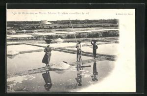 AK Guérande, Marais Salants, Paludiers recuillant le sel, Saline