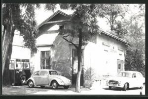 AK VW-Käfer und Peugeot vor einem Haus