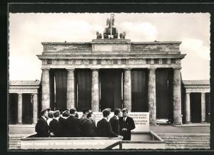 AK Präsident der USA, John F. Kennedy vor dem Brandenburger Tor blickt nach Ost Berlin