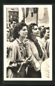 Foto-AK DDR-Propaganda, Junge bulgarische Mädchen während der Begrüssung in Berlin