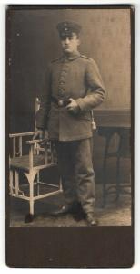 Fotografie Soldat in feldgrauer Uniform mit Mütze