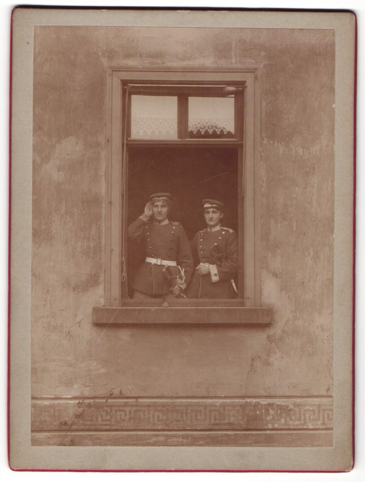 Fotografie unbekannter Fotograf, zwei Frauen in Uniform von Garde-Regiment an Fenster 0