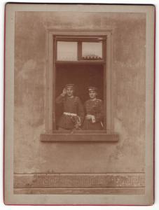 Fotografie unbekannter Fotograf, zwei Frauen in Uniform von Garde-Regiment an Fenster
