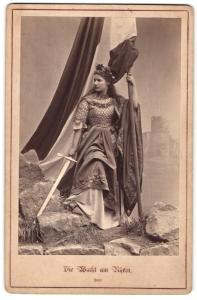 Fotografie Die Wacht am Rhein, Germania mit Schwert, Darstellerin in Kostüm