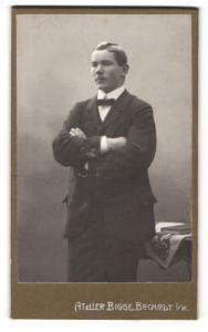 Fotografie Atelier Bigge, Bocholt i. W., Portrait stattlicher junger Mann in Fliege und Anzug