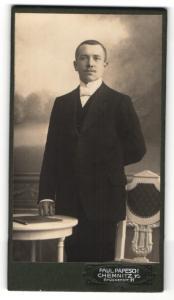 Fotografie Paul Papesch, Chemnitz i. S., Portrait dunkelhaariger Herr mit freundlichem Blick im Anzug