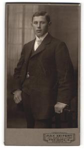 Fotografie Max Seifert, Freiberg i. S., Portrait charmant blickender junger Mann in Krawatte und Anzug