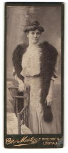 Fotografie Otto Martin, Dresden-Löbtau, Portrait bezauberndes Fräulein mit Dutt und Federstola