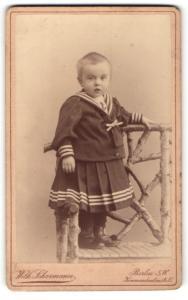 Fotografie Wilh. Scharmann, Berlin, Portrait bezauberndes kleines Mädchen im Matrosenkleidchen