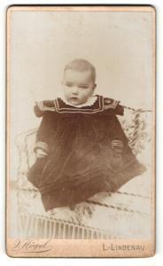 Fotografie V. Högel, Leipzig-Lindenau, Portrait bezauberndes Kleinkind im hübschen Kleidchen