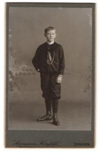 Fotografie Hermann Herzfeld, Dresden, Portrait niedlicher Bube mit Schnürschuhen im Anzug