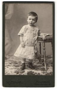 Fotografie W. Müller, Magdeburg, Portrait niedliches kleines Mädchen in Schnürschuhen